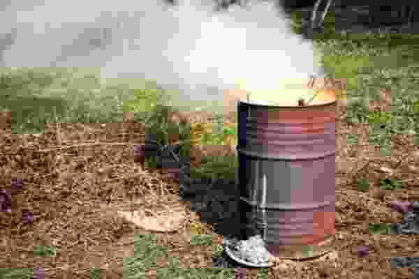 Как сжигать мусор на даче?